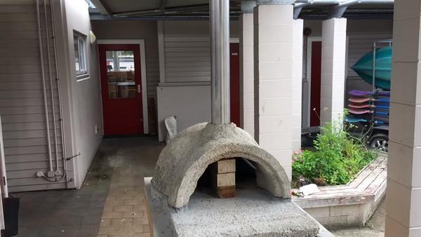 Очень важная качественная вентиляция – нужно установить дымоход из нержавеющей стали