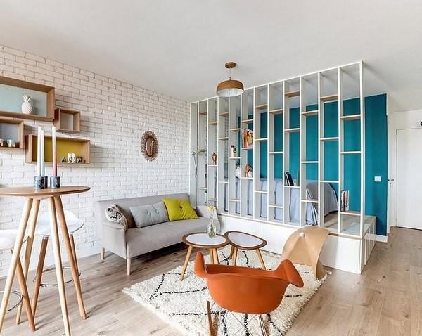 Если позволяет площадь, не стоит оставлять в гостиной только диван: добавьте пуфиков и кресел