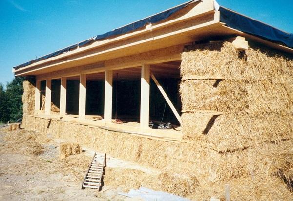 Соломенные блоки применяются как самостоятельный материал для возведения стен или же в качестве утепляющего материала в каркасной конструкции