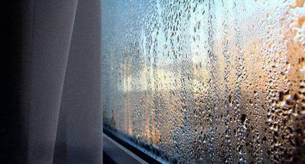 Классика жанра - запотевшие стеклопакеты, по которым струйками стекает влага - и есть недостаток вентиляции