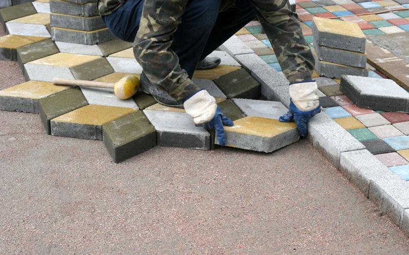 Процесс укладки тротуарной брусчатки