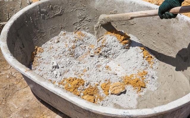 Приготовление раствора с цементом просто «по наитию», или как говорят – «на глаз», запросто может привести к различным ненужным крайностям.