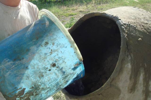 Для тех, кто, может быть, не в курсе – количество добавляемой в цементный раствор воды тоже подчиняется определённым правилам.