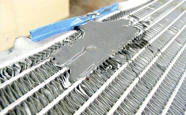 Холодная сварка, нанесенная на поврежденный участок радиатора