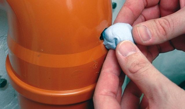 Главным преимуществом холодной сварки является возможность использовать его для ремонта разных материалов