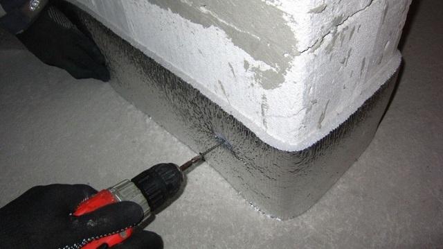 Использование в качестве компенсационной ленты нарезанного утеплительного фольгированного материала – вскорости можно испытать разочарование от своей «экономности»