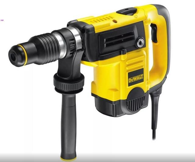 Инструмент средней, наиболее популярной категории – «DEWALT D25820K», с мощностью 1150 Вт и массой 6 кг.