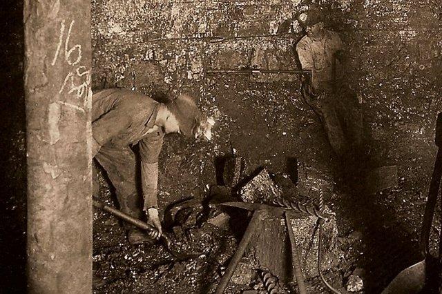 Кирка, кувалда, клин, лопата – и так всю тысячелетнюю историю человечества, вплоть до начала XX века, когда шахтерам на помощь стали приходить первые отбойные молотки.