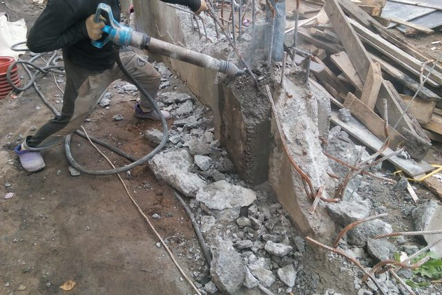 Снос старой постройки вместе с ее железобетонным ленточным фундаментом