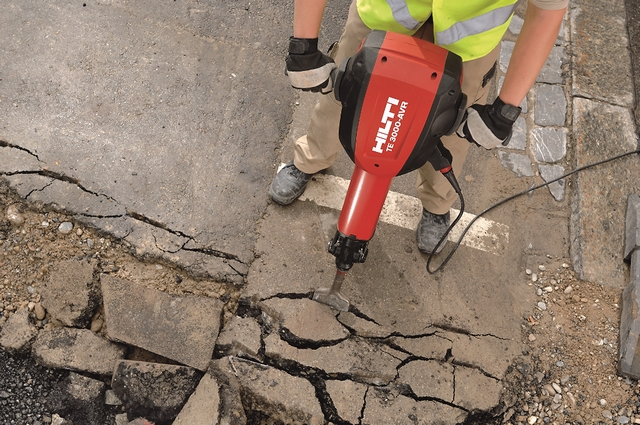 Удаление старого дорожного покрытия – задача как раз для мощных отбойных молотков.