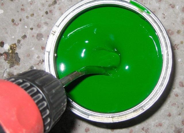 Перемешивание краски с помощью насадки-миксера