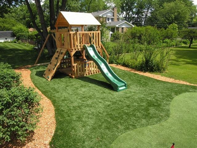 Аккуратный газон «спортивного типа» на детской площадке