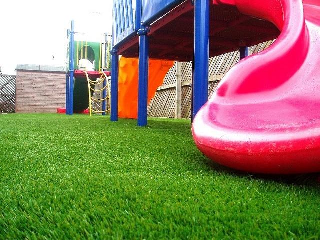 Детская площадка с настеленным на ней искусственным газоном