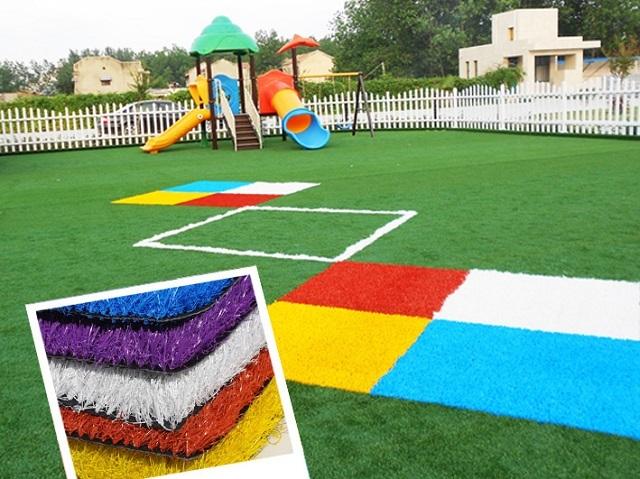 Применение разноцветного синтетического газона на детской площадке
