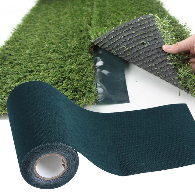 При соединении двух полотен «искусственной травы» необходимо следить за направлением ворса, Он должен быть сориентирован в одну сторону, иначе стык будет заметен