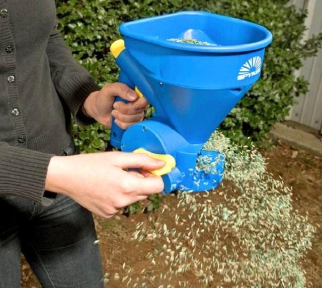 Специальная сеялка для высадки газонной смеси