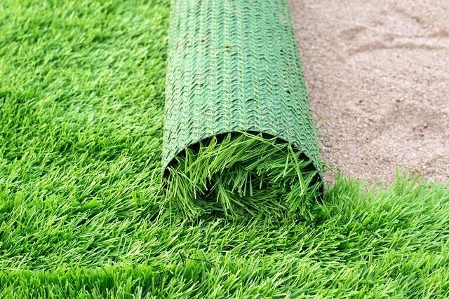 Кстати, многие варианты искусственного газона также должны укладываться после довольно серьезной подготовки территории. Иначе сквозь «ковер» может начать прорастать сорная трава.