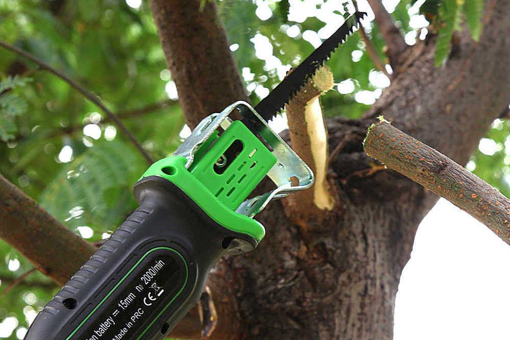 Подрезка деревьев с помощью сабельной пилы превращается в относительно легкую задачу, сравнимую с активным отдыхом на улице.