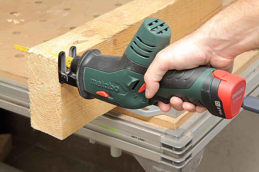 Точная подрезка деревянных деталей в размер, их подгонка между собой – все это тоже заложено в возможностях качественной сабельной пилы