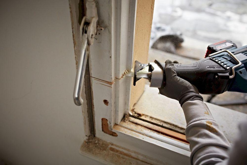 Порой старые оконные или дверные коробки с огромным трудом поддавались демонтажу. Сабельная пила упрощает и эту проблему.