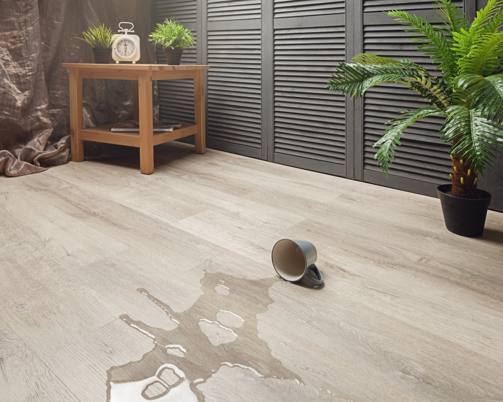 100% - ная водостойкостькварц-винилового ламината делает его пригодным для укладки в любых влажных помещениях