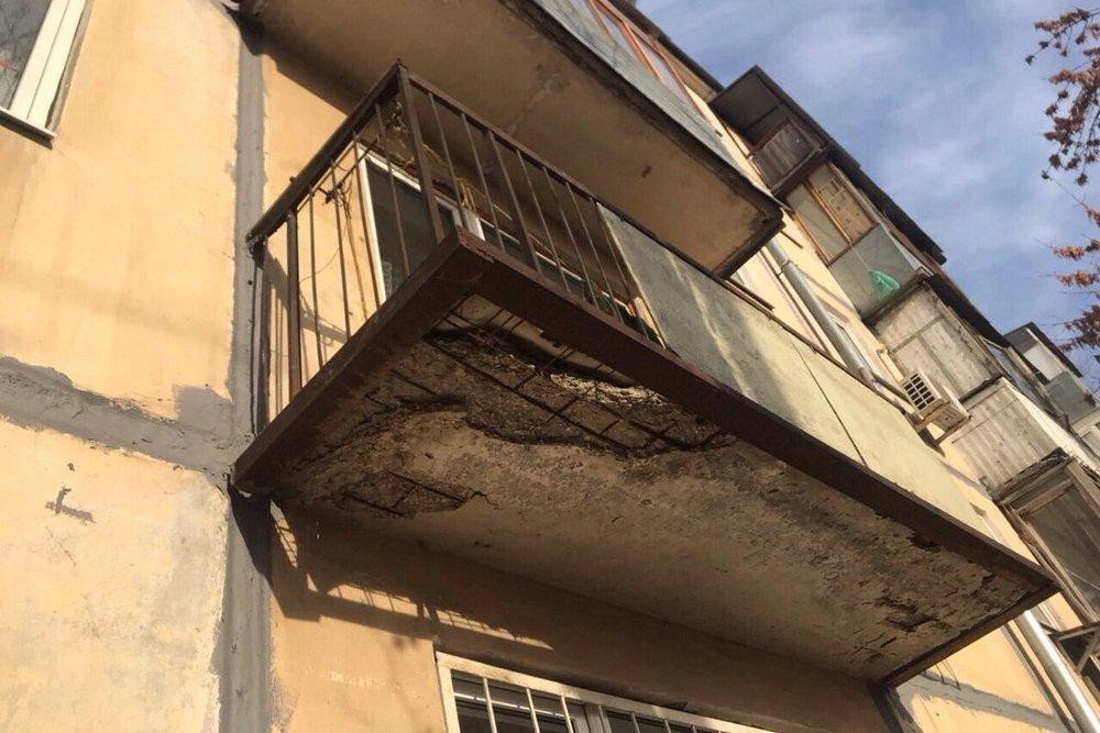Понятно, что прежде чем думать об утеплении такого балкона, придется немало вложить в его капитальный ремонт.