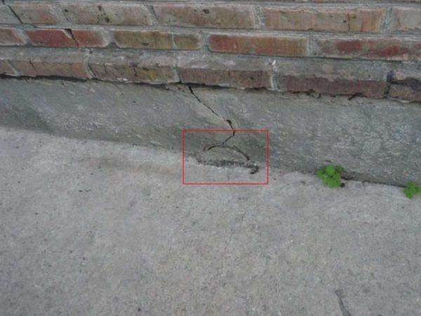 Возникают усадочные трещины, к чему приводит резкое уменьшение объема смеси на открытых участках
