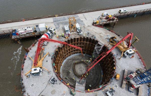 Для ремонта морского и речного транспорта, для постройки мостов и прокладки трубопровода под водой используют коффердамы