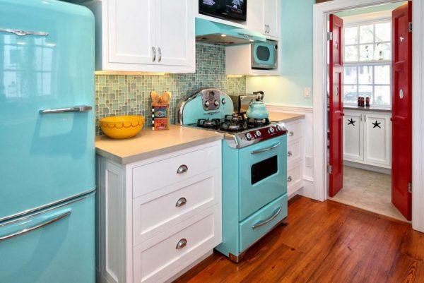 Установите холодильник подальше от источников тепла