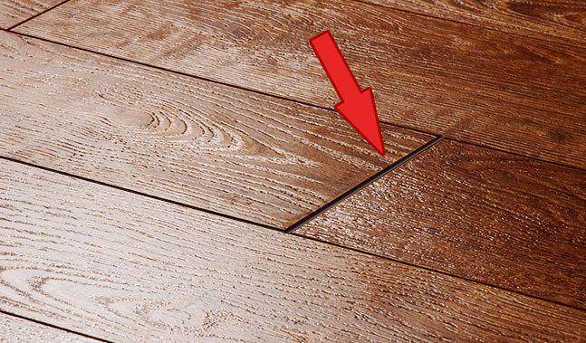 Широкая щель между ламелями — причина попадания мусора под ламинат