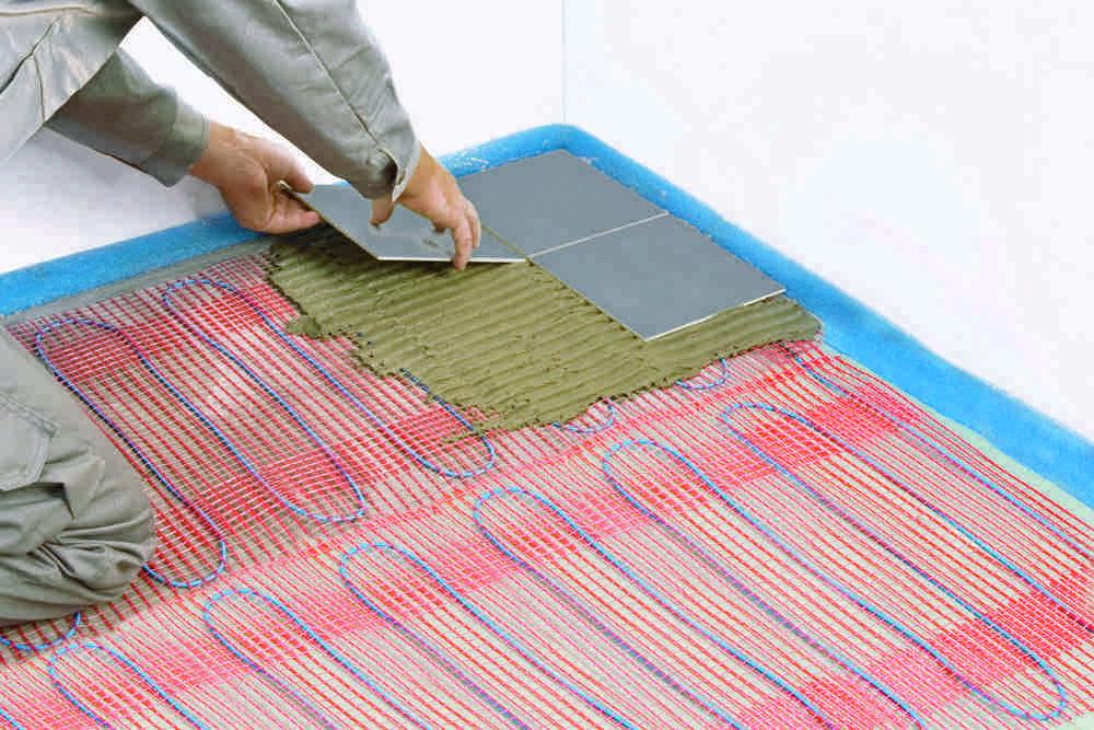 Одно из замечательных качеств сетчатых нагревательных матов в том, что монтаж керамической облицовки можно проводить прямо по ним.