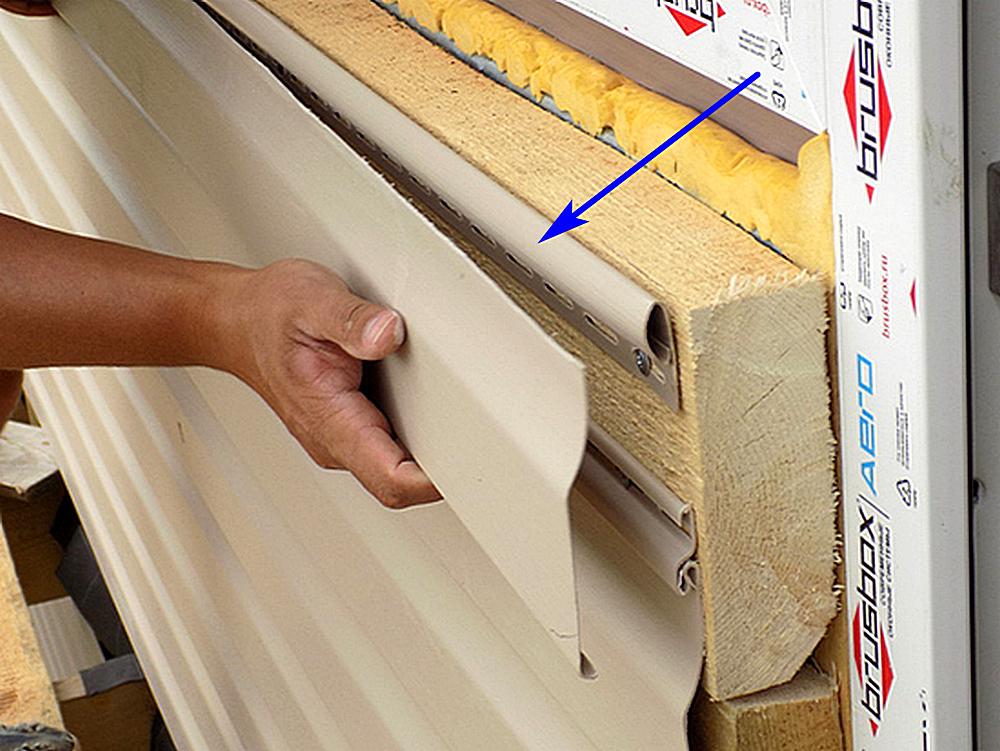 Финишный профиль хорошо фиксирует тонкий резаный край сайдинг-панели или какую-то стыкуемую с ним планку (например, околооконную).
