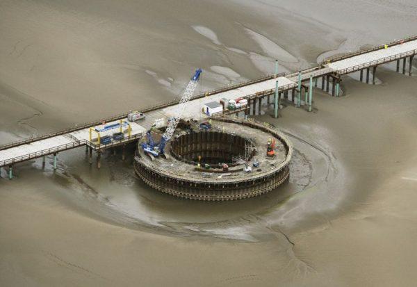 Геотехники не просто опускают такой огромный ящик на дно реки или моря, они также обеспечивают полную водонепроницаемость и надежность всей конструкции