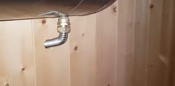 Для подключения используется гибкая гофрированная труба