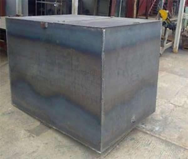 Металлический бак для воды в бане