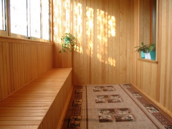 Поставьте на такой балкон цветы — и у вас будет чудесная оранжерея
