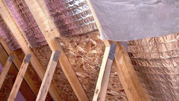Утепление крыши и монтаж качественной пароизоляции в бане являются важным этапом ее строительства