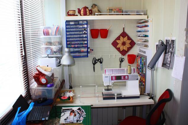 Место работы швейного мастера на балконе