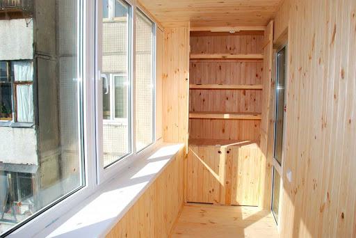 Шкаф, как и стены, сделан из вагонки