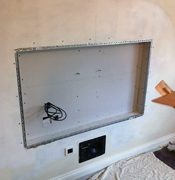 Заранее подумав о размещении ТВ, можно спрятать кабели в специальной нише