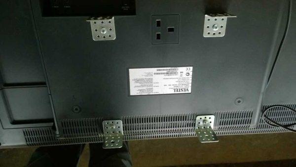 При отсутствии нижних уголков или их меньшем размере монитор будет висеть с наклоном