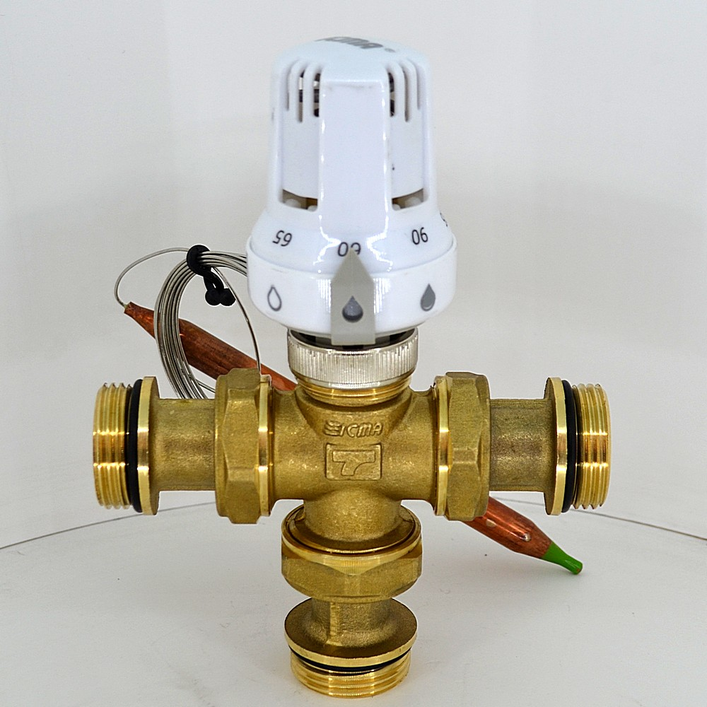 Практически тот же трёхходовой клапан, что мы рассматривали выше в разрезе, но только оснащенный термостатической головкой с выносным датчиком температуры.