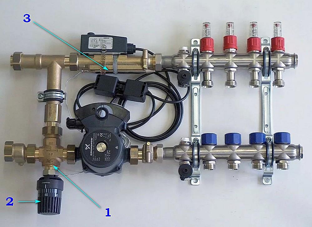 Насосно-смесительный узел и коллектор теплого пола, собранный с использованием трехходового клапана с термоголовкой и выносным датчиком.