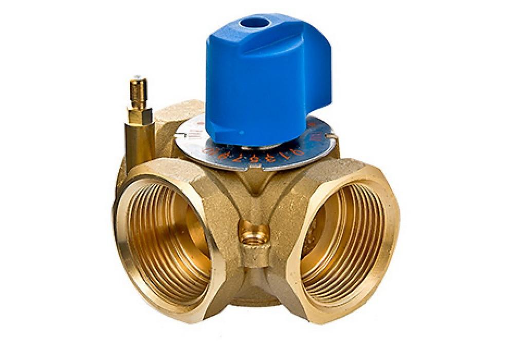 Один из самых простых трехходовых клапанов с ручной установкой положения затвора.