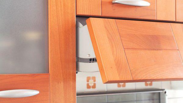 В первую очередь дверцы шкафчиков нужно полностью снять