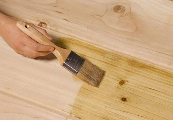 Перед покраской поверхности обязательно загрунтовать, лучше делать это кистью