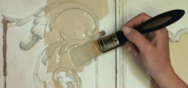 Лучше краску наносить кистью – так вы, скорее всего, лучше прокрасите всю поверхность