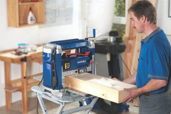 Рейсмусовый станок, позволяет обрезать брусок или доску до нужной длины и габарита среза, а также выровнять ее