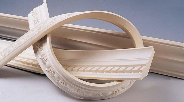 Гибкие полиуретановые плинтусы помогут оформить потолок сложной конфигурации