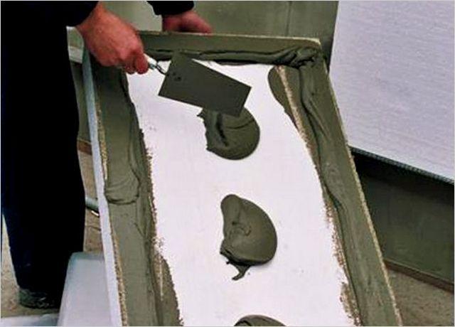 Нанесение клея на пенопластовую панель